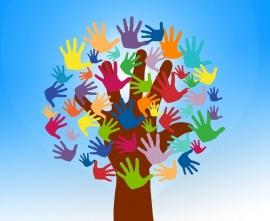 obrazek - drzewo z dłoni, na którym są kolorowe liście w kształcie dłoni